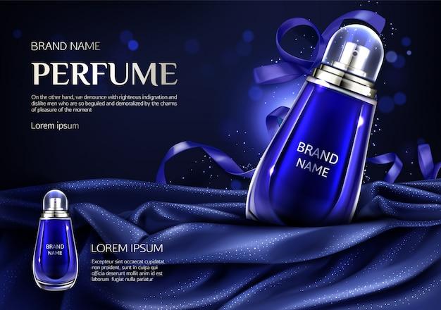Botella de perfume de vidrio sobre tela doblada de seda azul