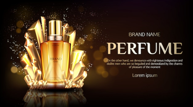 Botella de perfume de vidrio sobre tela dorada de seda dorada