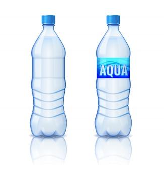 Botella de plástico realista con agua mineral aislada