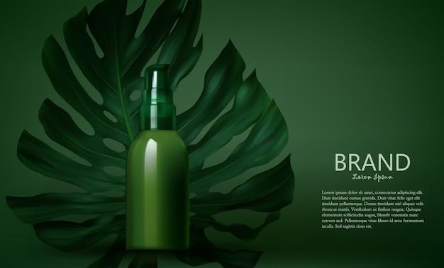 Botella de producto de cosmética sobre un fondo de hojas verdes.