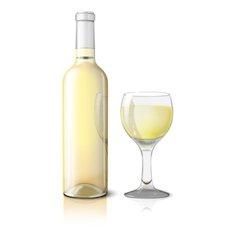 Botella realista blanca en blanco para vino blanco con copa de vino