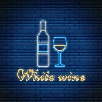 Botella de vino blanco y vidrio con letras en estilo neón sobre fondo de ladrillo.