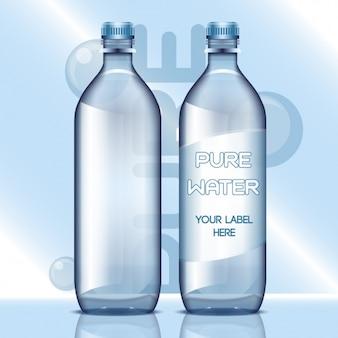 Botellas de agua con etiquetas en blanco