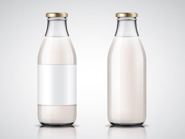 Botellas de leche de cristalería con etiquetas en blanco