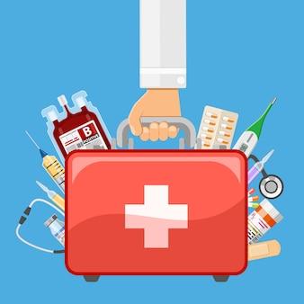 Botiquín de primeros auxilios en mano médico.