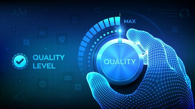 Botón de nivel de calidad. mano de estructura metálica girando una perilla de nivel de calidad a la posición máxima.