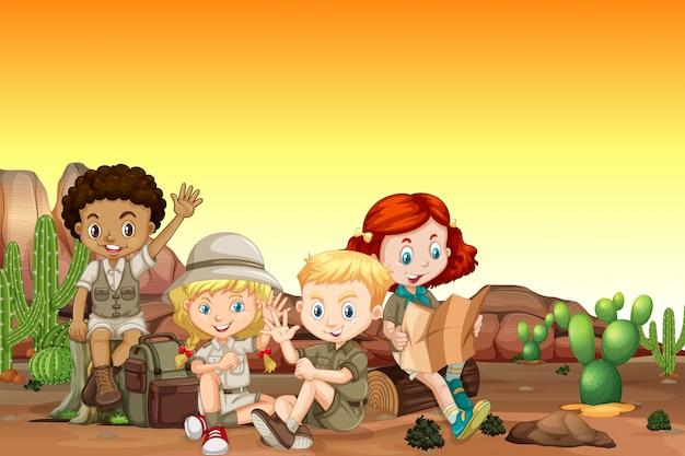 Boy and girl scout en el desierto