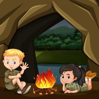 Boy and girl scout están jugando en el bosque