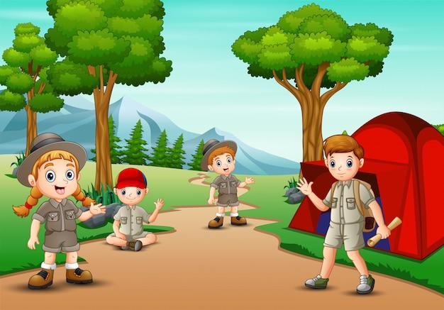 Boy y girl scout acampando en la naturaleza