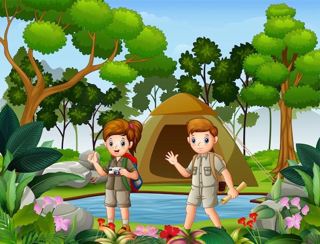 Boy y girl scouts acampando en la naturaleza