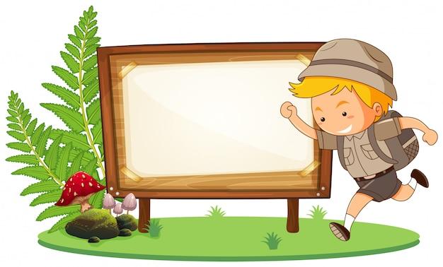Boy scout y cartel de madera con copyspace