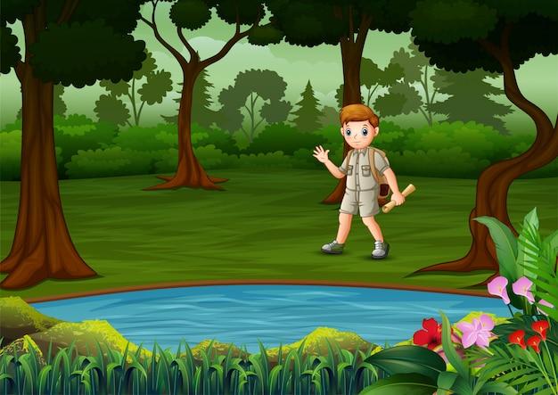 Boy scout con mochila de senderismo en el bosque oscuro