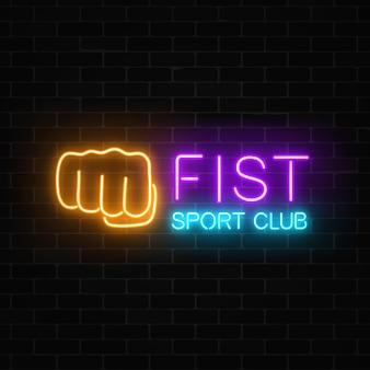 Brillante neón lucha club deportivo signo en la pared de ladrillo oscuro letrero de neón del club de boxeo.