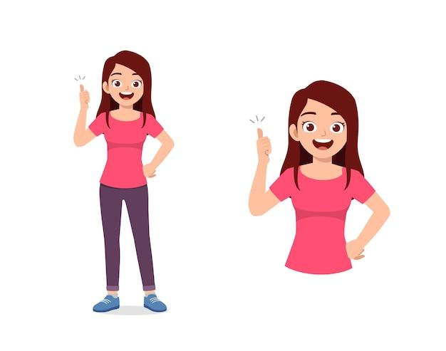 Buena mujer joven haciendo pose de pulgar hacia arriba