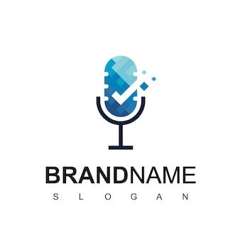 Buena plantilla de logotipo de podcast con micrófono y símbolo de verificación