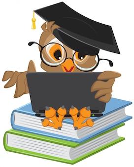 Búho sentado en libros y sosteniendo una computadora portátil