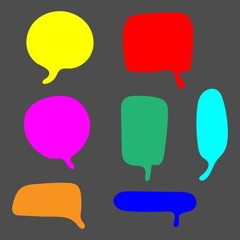 Burbujas de discurso colorido en blanco con diferentes formas dibujadas a mano aisladas sobre fondo gris