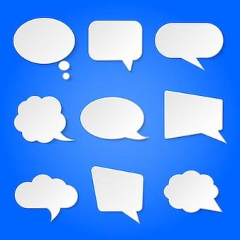 Burbujas de discurso retro en blanco blanco en azul