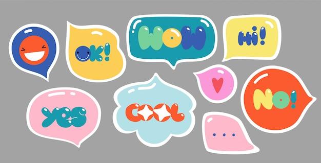 Burbujas de discurso con texto. coloridas letras de moda en variedad de formas. conjunto de diseño creativo dibujado a mano. todos los elementos están aislados.