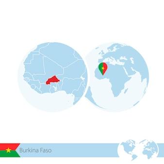 Burkina faso en globo terráqueo con bandera y mapa regional de burkina faso. ilustración de vector.