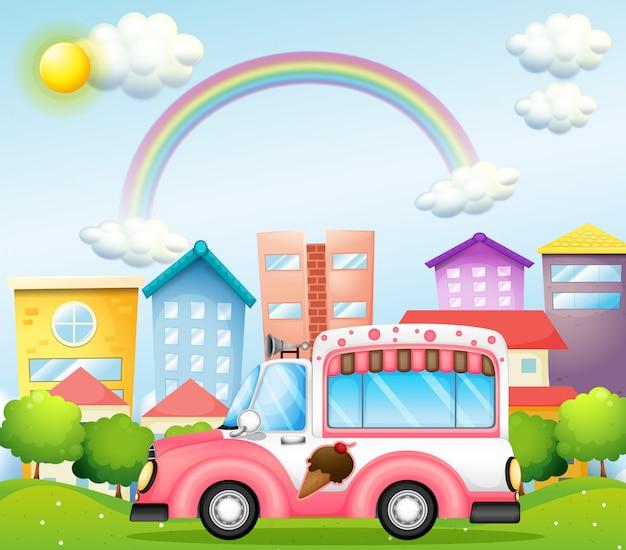 Un bus helado rosa en la ciudad.