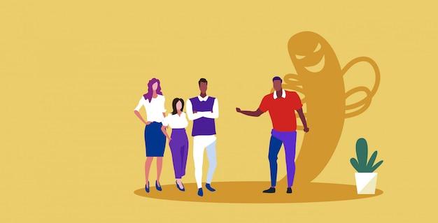 Businesspeope grupo discutiendo durante reunión empresario con monstruo sombra falta de sinceridad en el negocio acuerdo hipócrita concepto boceto horizontal integral