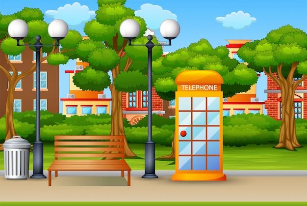 Cabina telefónica en el fondo del parque de la ciudad.