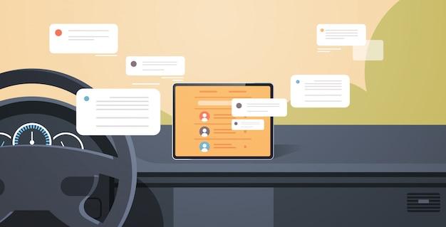 Cabina del vehículo con asistencia de conducción inteligente comunicación de red social chat mensajería aplicación de chat en la pantalla del tablero de la computadora del automóvil interior moderno