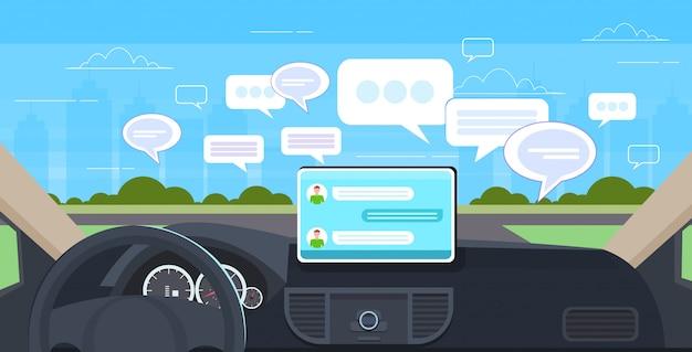 Cabina de vehículo con asistencia de conducción inteligente red social chat burbuja comunicación chat concepto de mensajería automóvil computadora tablero pantalla moderno coche interior horizontal
