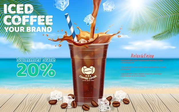 Café helado vertiendo en una taza para llevar