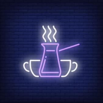 Cafetera turca jezve con vapor y tazas letrero de neón