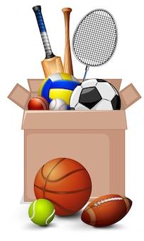 Caja de cartón llena de equipos deportivos sobre fondo blanco.