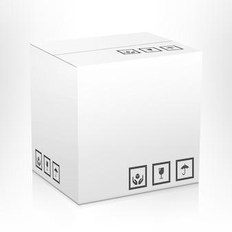 Caja de embalaje de paquete de entrega de cartón cerrado en blanco blanco con signos frágiles aislado