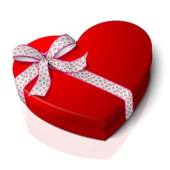 Caja en forma de corazón rojo brillante en blanco realista con cinta rosa y blanca