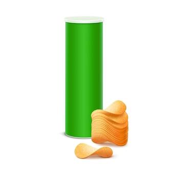 Caja de lata verde tubo contenedor para paquete con pila de patatas fritas crujientes de cerca sobre fondo blanco.
