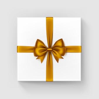 Caja de regalo cuadrada blanca con lazo de satén amarillo anaranjado brillante y vista superior de la cinta de cerca aislado sobre fondo blanco