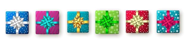 Caja de regalo roja, dorada, azul, verde con cinta y lazo, vista superior. diseño de paquete de navidad, fiesta de año nuevo, feliz cumpleaños o día de san valentín. presente aislado sobre fondo blanco. vector.