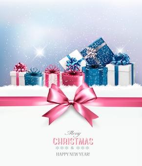 Cajas de regalo de navidad en la nieve.