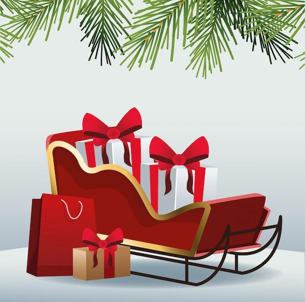 Cajas de regalos en trineo y bolsa de compras sobre gris