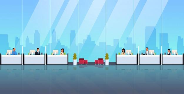 Cajeros sentados en las ventanas de la caja