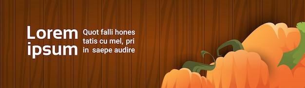 Calabaza sobre textura de madera banner de otoño