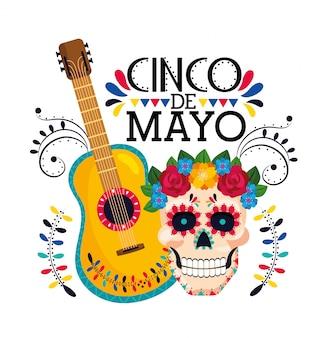 Calavera con decoración de flores y guitarra mexicana.