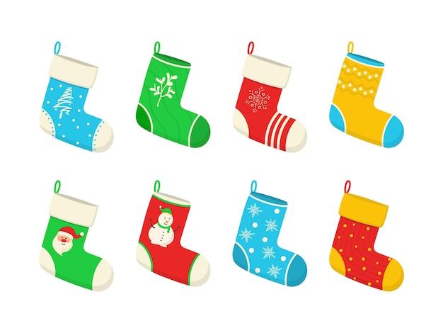 Calcetines coloridos de vacaciones de navidad y año nuevo con patrones de vacaciones. varios calcetines de navidad cuelgan de una cuerda aislada sobre fondo blanco. decoración del hogar, lugar para el presente.