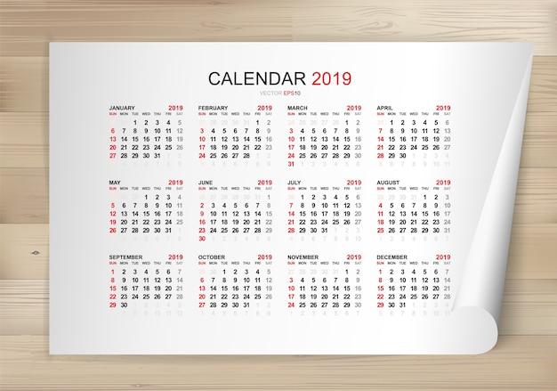 Calendario 2019 años en hoja de papel blanco y fondo de madera.