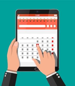 Calendario de pared espiral de papel en tablet pc