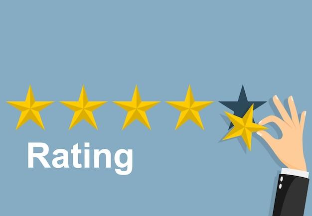 Calificación de estrellas. empresario sosteniendo una estrella de oro en la mano, para dar cinco. concepto de retroalimentación