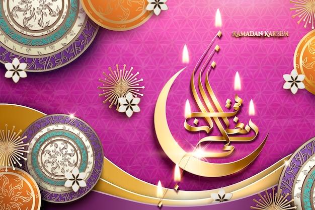 Caligrafía dorada de ramadán kareem con media luna y elementos florales decorativos sobre fondo fucsia