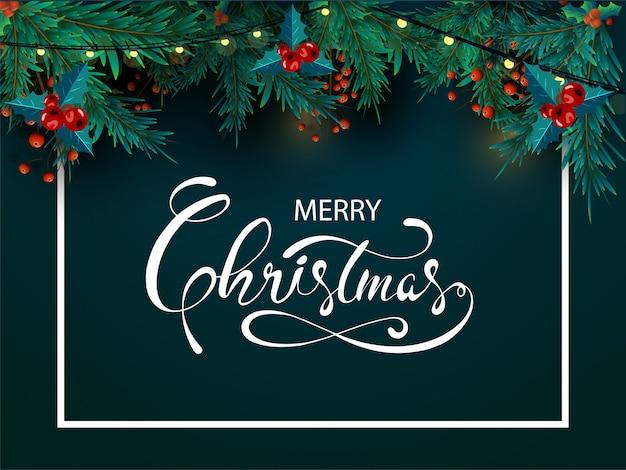 Caligrafía de feliz navidad con hojas de pino, bayas rojas y guirnalda de iluminación decorada sobre fondo verde.