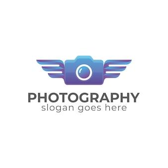 Cámara creativa de fotografía en color degradado con alas de diseño de logotipo