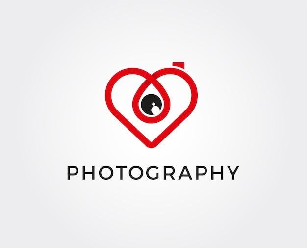 Cámara de fotos colorida abstracta con lente de corazón.